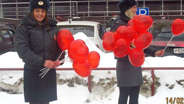 Инспекторы ГИБДД, поздравляющие молодоженов в Самаре. Фото с места события