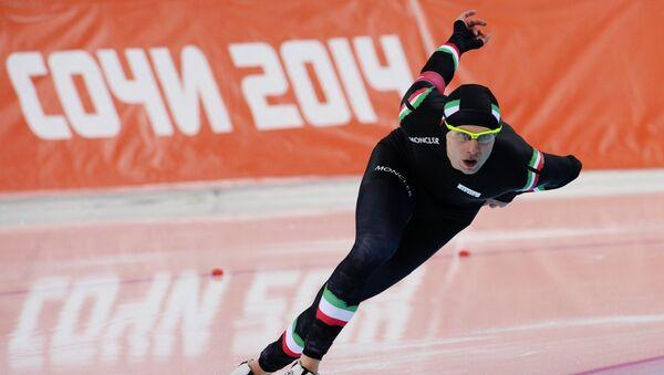 Маттео Анези (Италия) на дистанции в забеге на 1500 метров в соревнованиях по конькобежному спорту среди мужчинОлимпиада 2014. Конькобежный спорт. Мужчины. 1500 метров