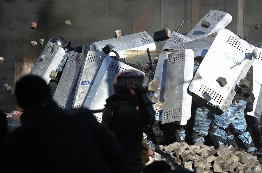 Сторонники оппозиции и сотрудники милиции во время столкновений в центре Киева