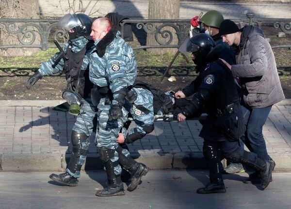 Пострадавшие полицейские в ходе беспорядков в Киеве