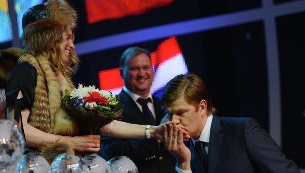 Победительница общего зачета Кубка мира норвежка Тура Бергер и спортивный комментатор Дмитрий Губерниев