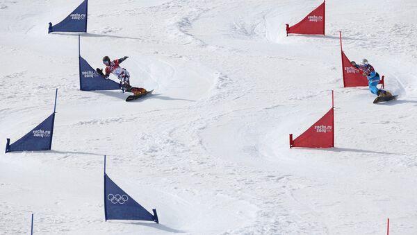 Вик Уайлд (Россия) и Бенджамин Карл (Австрия) в 1/2 финала параллельного слалома на соревнованиях по сноуборду