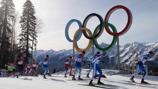 Спортсмены на дистанции масс-старта в соревнованиях по лыжным гонкам