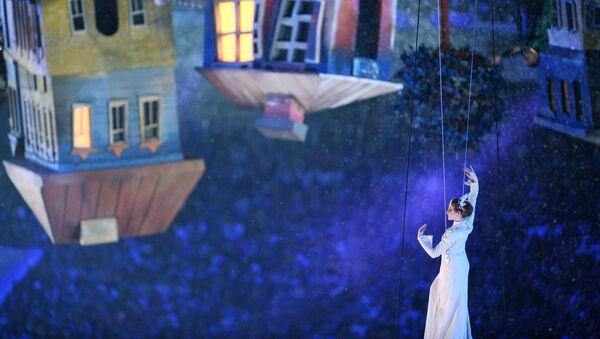 Артисты во время театрализованного представления на церемонии закрытия XXII зимних Олимпийских игр в Сочи
