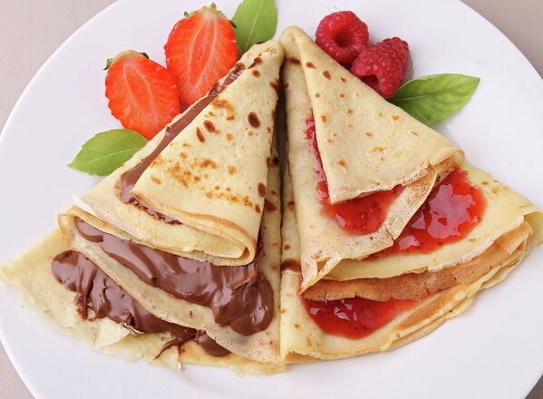 Блинчики с шоколадом, джемом, ягодами и мятой