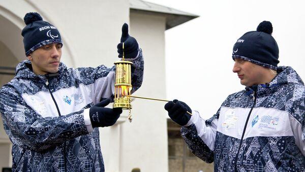 Кузнецы высекают искру для зажжения паралимпийского огня в Пскове