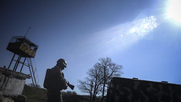 Военнослужащий на территории зенитно-ракетного дивизиона в Крыму. Архивное фото
