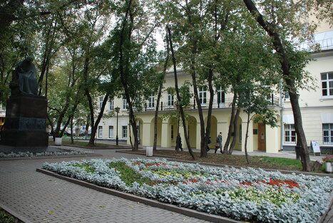 Памятник Гоголю во дворе дома писателя на Никитском бульваре