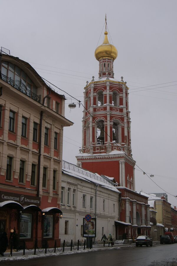 Церковь Покрова Пресвятой Богородицы в Высоко-Петровском монастыре в Москве, вид с Петровки.