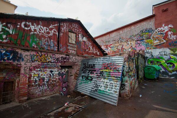Граффити на зданиях по улице Весковский тупик