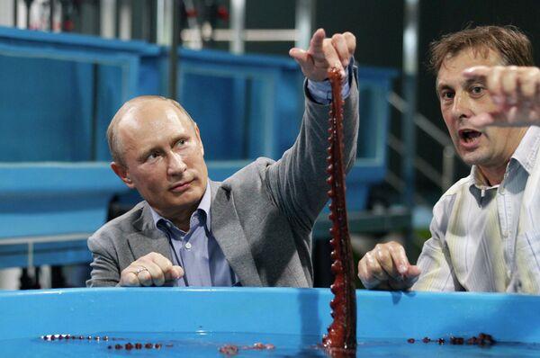 Президент России Владимир Путин (слева) во время посещения научно-образовательного комплекса Приморский океанариум