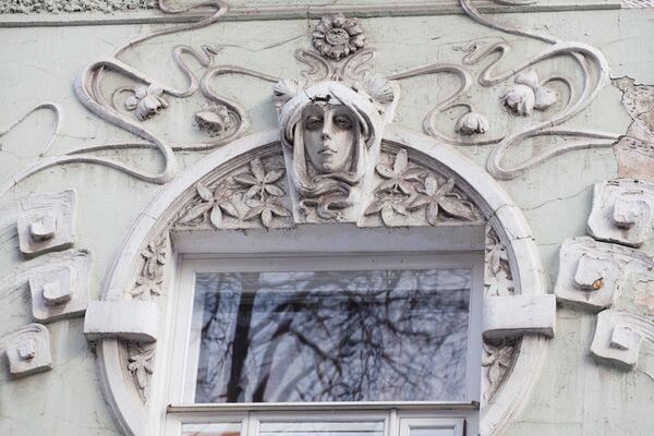Лялин переулок, дом 9, маска над окном.