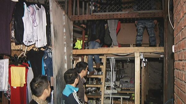 Как жили нелегальные мигранты до размещения в палаточном лагере