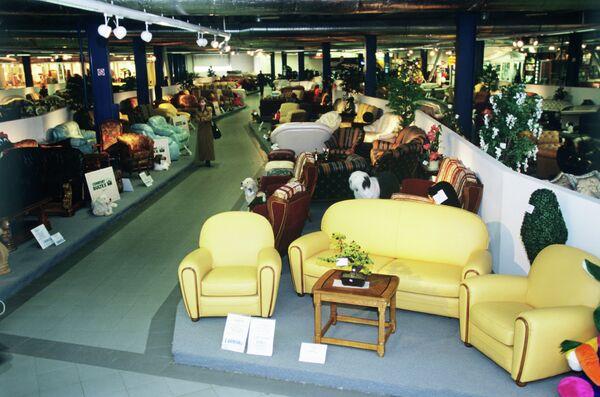 В торговом зале мебельного магазина