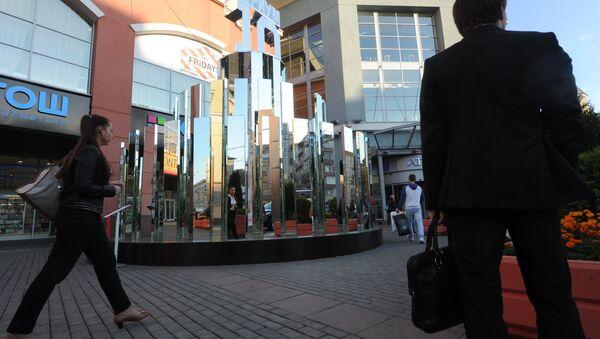 Зеркальная инсталляция Торт на Земляном Валу в Москве. Архивное фото