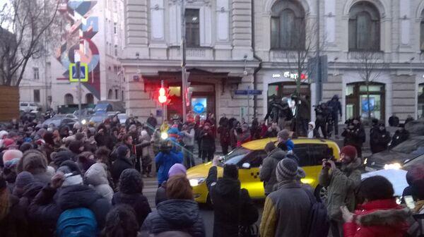Валютные ипотечники перекрыли дорогу напротив здания ЦБ РФ