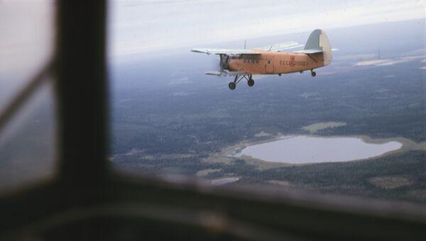 Самолет лесной авиации над тайгой