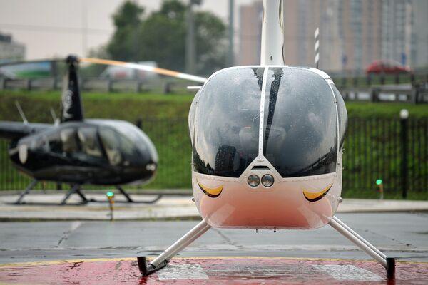 Вертолеты на площадке строящегося вертолетного комплекса
