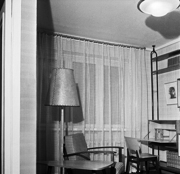 Комната в однокомнатной квартире. Экспозиция в павильоне Жилое строительство на Выставке достижений народного хозяйства (ВДНХ) СССР в Москве.