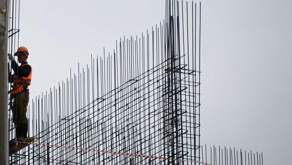Рабочие на строительстве жилого комплекса