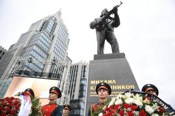 Церемония открытия памятника Михаилу Калашникову