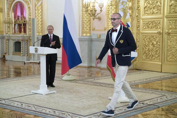 Президент России Владимир Путин (слева) и волейболист, олимпийский чемпион Сергей Тетюхин