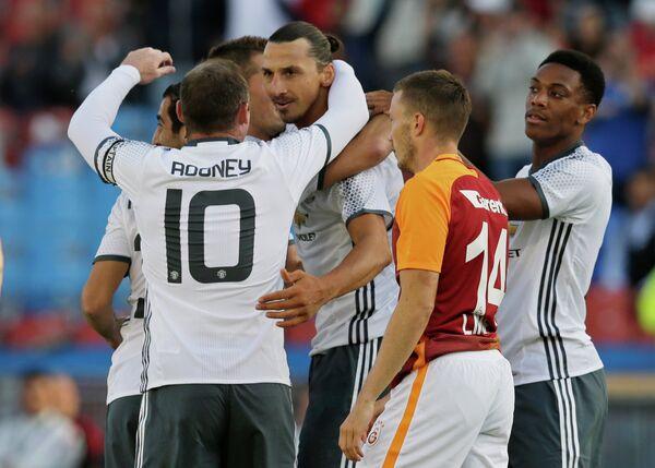 Футболисты Манчестер Юнайтед поздравляют Златана Ибрагимовича с забитым голом