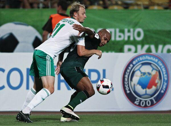 Нападающий Краснодара Ари (справа) и защитник Томи Максим Бордачёв