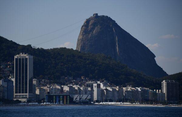 Арена пляжного волейбола и гора Сахарная Голова в Рио-де-Жанейро