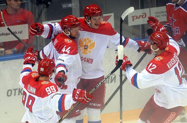 Хоккеисты олимпийской сборной России радуются заброшенной шайбе