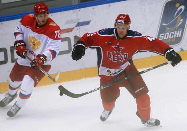 Нападающий ПХК ЦСКА Грег Скотт (справа) и нападающий Олимпийской сборной России Максим Мамин