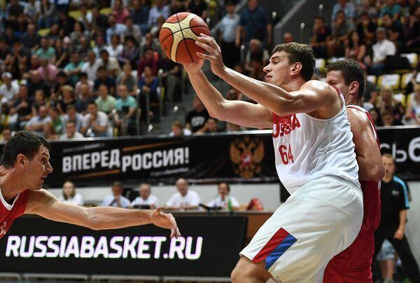 Центровой сборной России Артем Клименко (в центре)