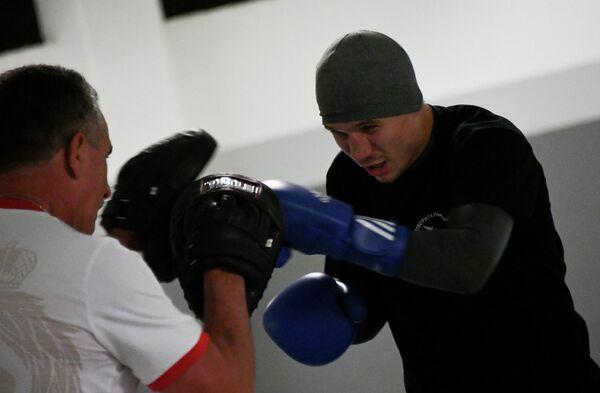 Российский боксер Виталий Дунайцев во время тренировки