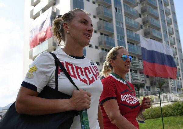Российская теннисистка Светлана Кузнецова (слева)
