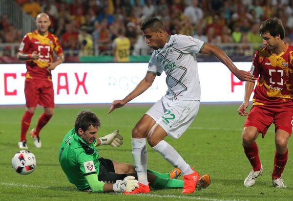 Вратарь Арсенала Роман Герус (слева) и нападающий Рубина Жонатас