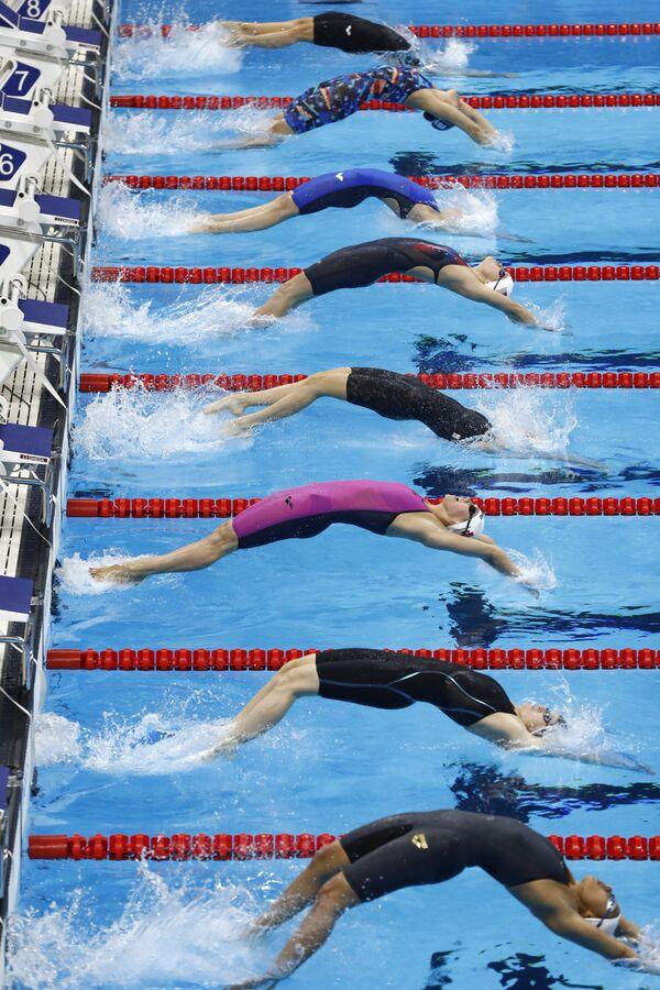 Спортсменки во время соревнований по плаванию на спине на дистанции 100 метров на Олимпийских играх в Рио-де-Жанейро