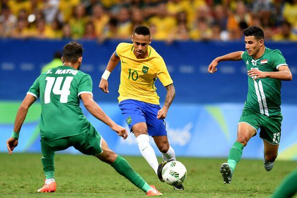 Игровой момент матча Бразилия - Ирак
