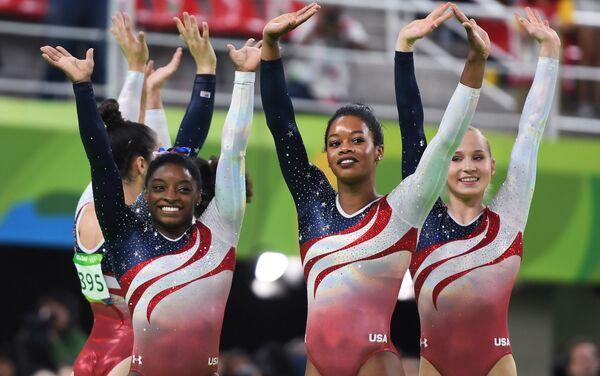 Спортсменки сборной США Симона Байлс, Габриэль Дуглас и Мэдисон Кошан (слева направо)