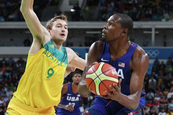Форвард сборной Австралии по баскетболу Райан Брокхофф (слева) и форвард сборной США по баскетболу Кевин Дюрэнт