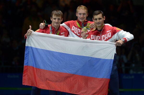 Российские рапиристы Алексей Черемисинов, Артур Ахматхузин и Тимур Сафин (слева направо), ставшие олимпийскими чемпионами на ОИ-2016