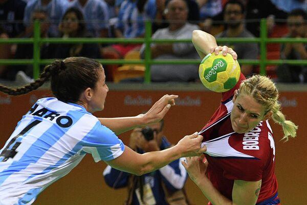 Гандболистка сборной России Владлена Бобровникова (справа) и гандболистка сборной Аргентины Мануэла Писсо