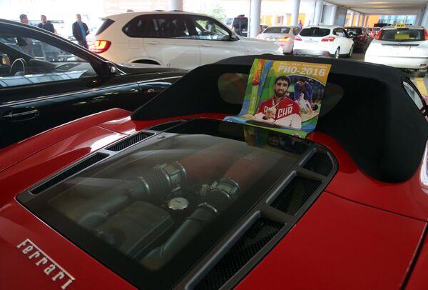 Автомобиль Феррари с плакатом с изображением российского дзюдоиста Хасана Халмурзаева