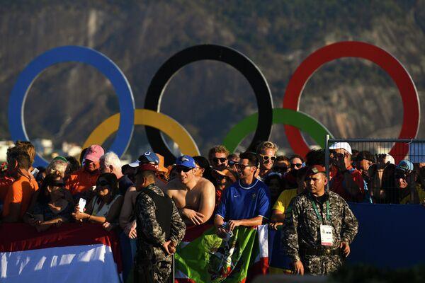 лельщики и сотрудники правопорядка во время гонки класса RS:X на соревнованиях по парусному спорту среди женщин на XXXI летних Олимпийских играх