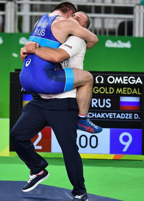 Давит Чакветадзе (слева) радуется победе со своим тренером Левани Кезевадзе