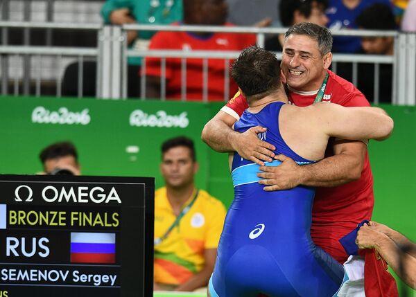 Сергей Cеменов радуется победе с тренером Гоги Когуашвили