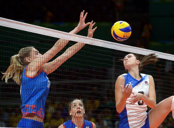 Диагональная сборной Сербии Тияна Бошкович и связующая сборной России Вера Ветрова (слева направо)
