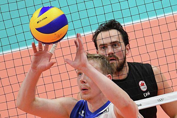 Волейболист сборной России Сергей Гранкин (слева) и канадец Николас Хоаг