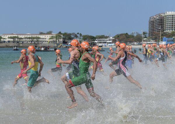 Спортсмены на старте индивидуального первенства среди мужчин на соревнованиях по триатлону на XXXI летних Олимпийских играх