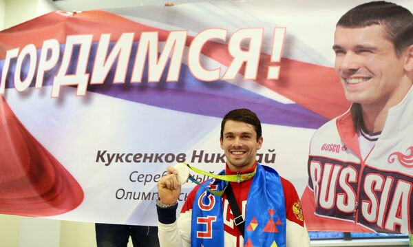 Николай Куксенков, завоевавший серебряную медаль ОИ-2016 в Рио, в аэропорту Шереметьево