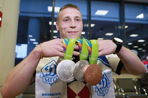 Денис Аблязин, завоевавший два серебра и бронзу на ОИ-2016 в Рио, в аэропорту Шереметьево